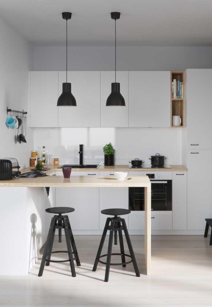 Cozinha americana pequena simples em tons claros contracenando com alguns pontos em preto