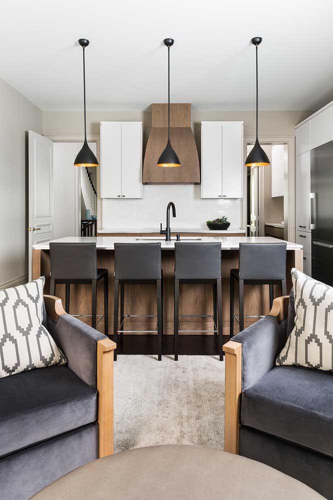 Cozinha americana pequena integrada à sala de estar; as banquetas em torno do balcão oferecem uma experiência gourmet