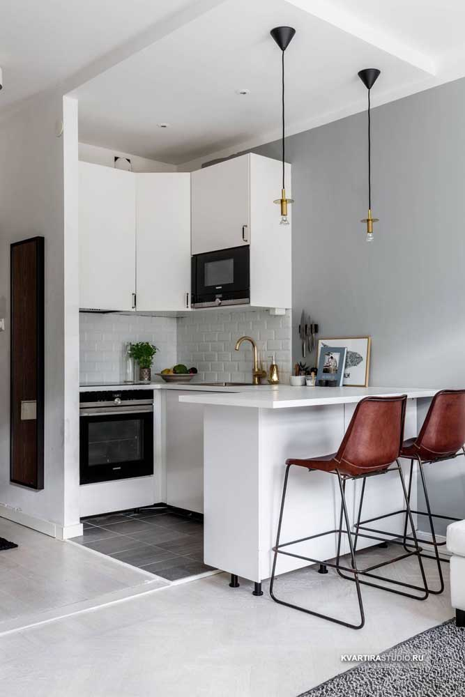 Cozinha americana pequena simples, com móveis sob medida; os detalhes é que fazem a diferença nesse projeto
