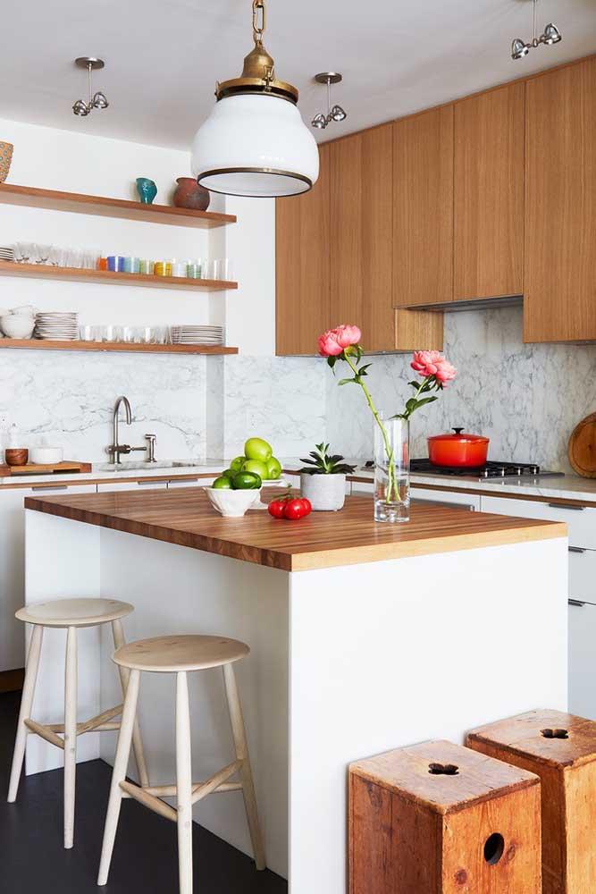 Cozinha americana pequena com ilha; as prateleiras ajudam a deixar o ambiente mais clean