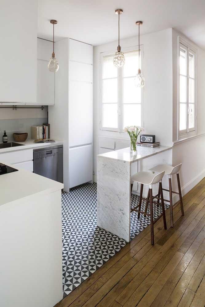 Inspiração de cozinha americana pequena com balcão em mármore e armários sob medida