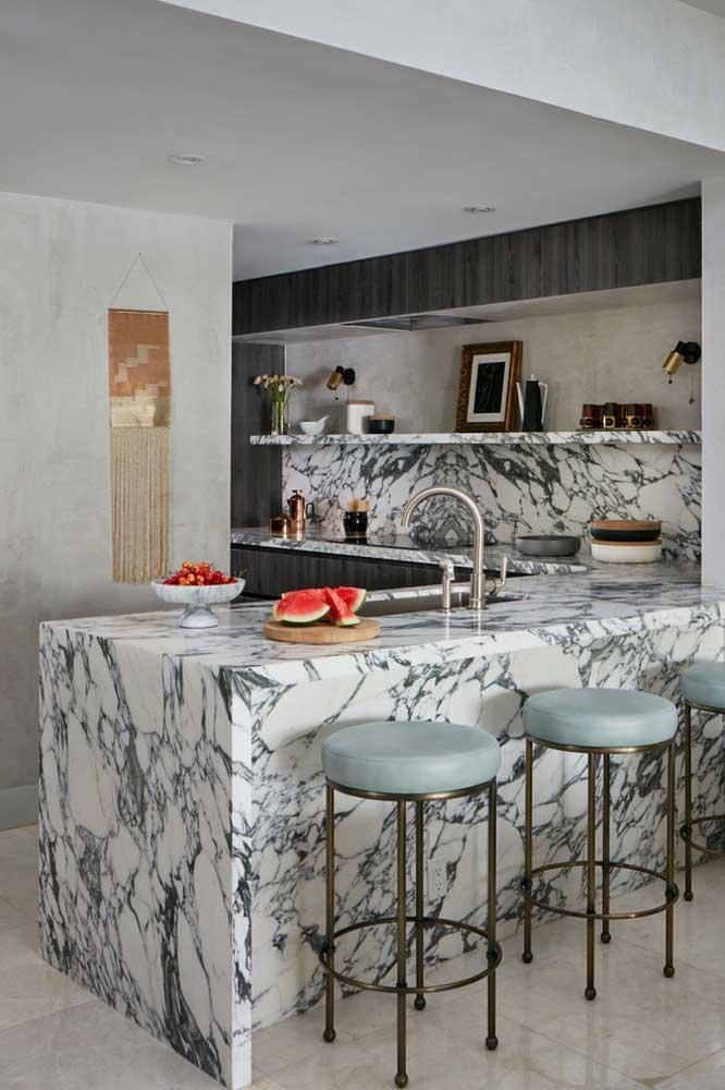 Essa cozinha americana pequena apostou no uso do mármore para se destacar