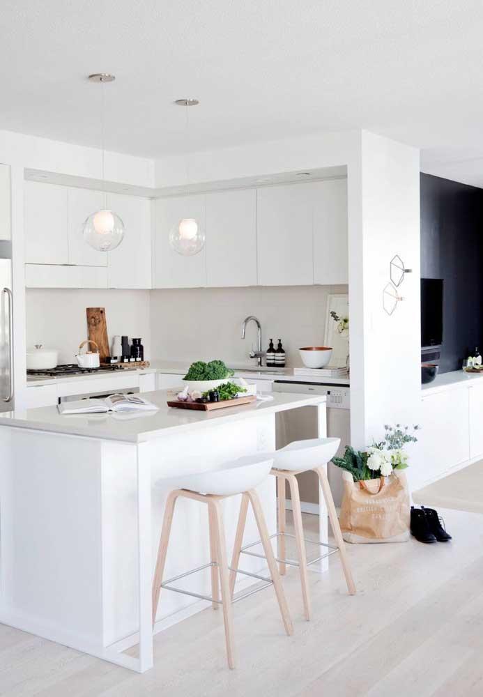 Cozinha americana branca com ilha; um modelo atemporal e que está sempre em evidência