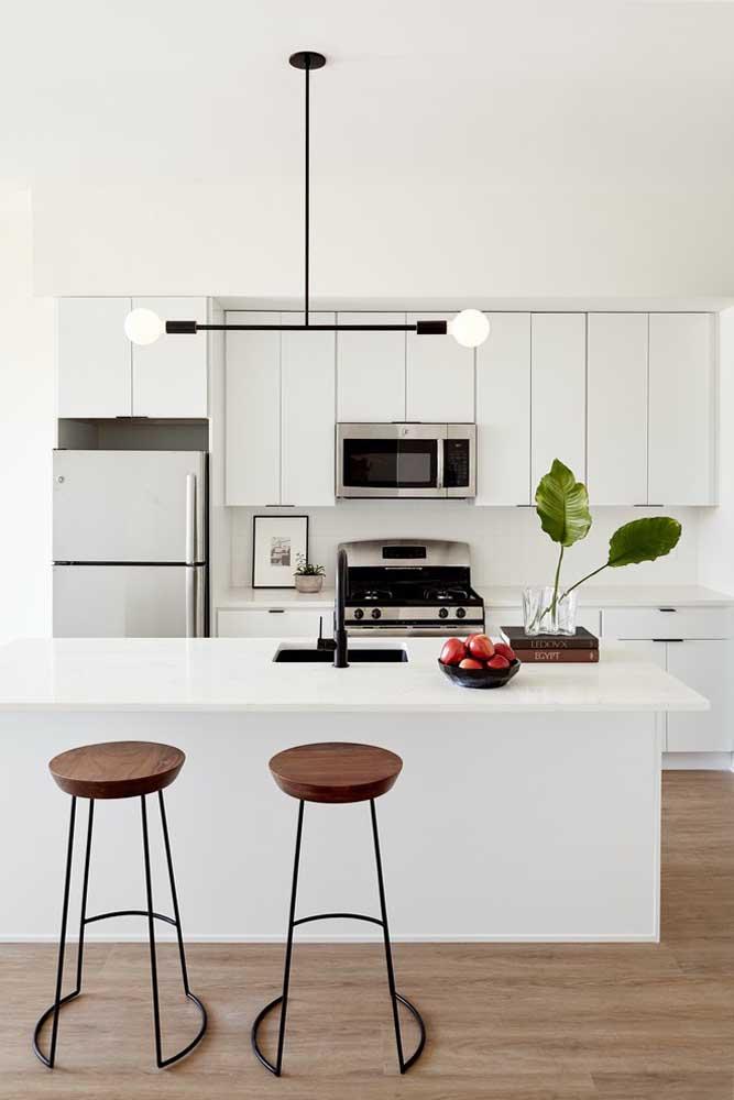 Essa cozinha americana pequena ganhou a companhia de um pendente original e estiloso; um toque industrial para uma cozinha simples