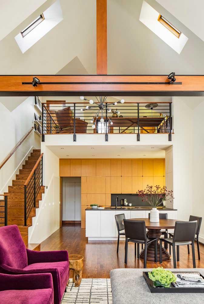 Cozinha americana pequena integrada à sala de jantar; os armários planejados ajudam a aproveitar o espaço por completo