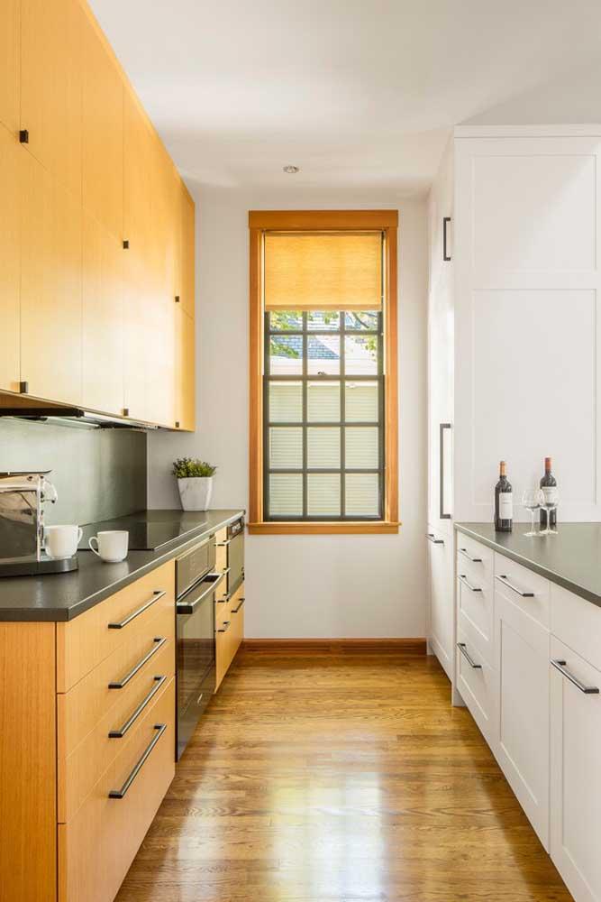 Cozinha americana pequena em estilo corredor com móveis sob medida dos dois lados do ambiente