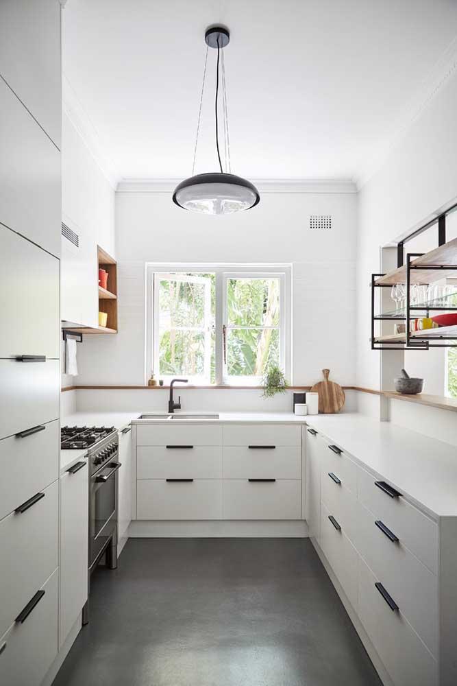 Cozinha americana pequena em U, com armários e gavetas planejados na cor branca