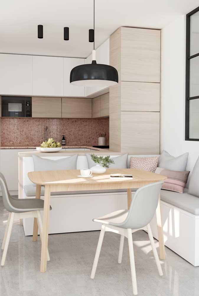 Cozinha americana pequena integrada a sala de jantar com banco alemão