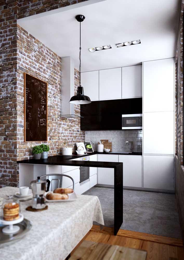 Cozinha americana pequena rústica, com móveis sob medida e balcão em granito preto