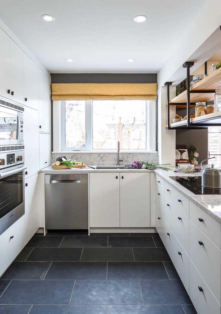 Cozinha americana pequena em U com armários e gavetas planejados e tampo do balcão em mármore; as prateleiras em madeira e ferro se ajustam muito bem ao espaço