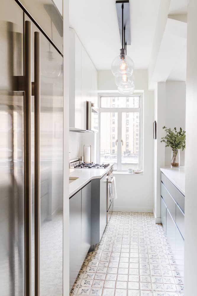Cozinha americana pequena branca, ideal para apartamentos menores