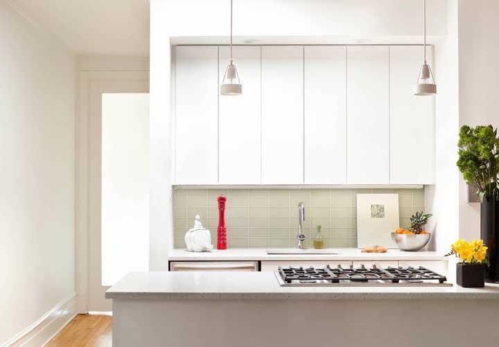 Cozinha americana pequena planejada com balcão simples para o cooktop