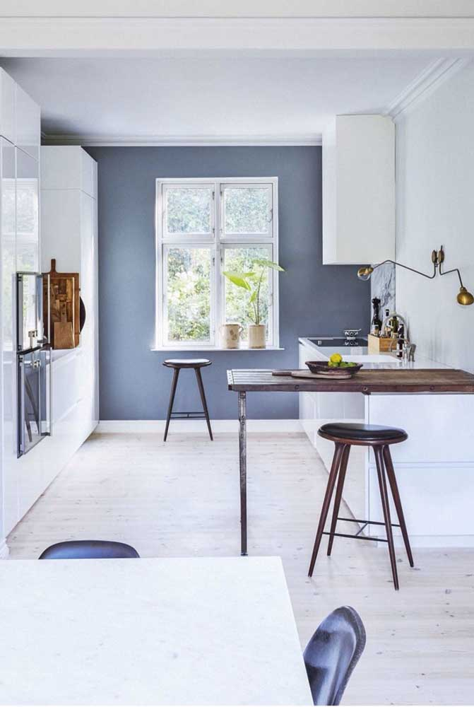 Cozinha americana pequena integrada com a sala de jantar, ideal para quem busca refeições rápidas, mas também oferece jantares e almoços especiais