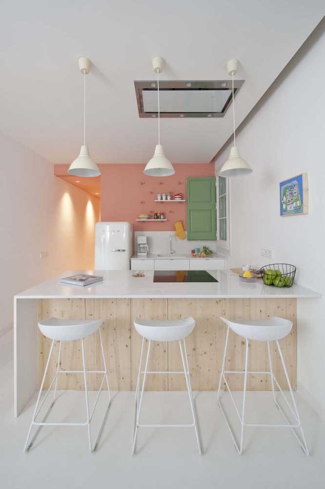Cozinha americana pequena simples com pendentes sob o balcão e itens que mesclam o estilo vintage com o moderno