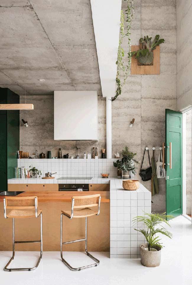 Cozinha americana pequena em alvenaria e madeira; destaque para o estilo industrial que predomina no ambiente