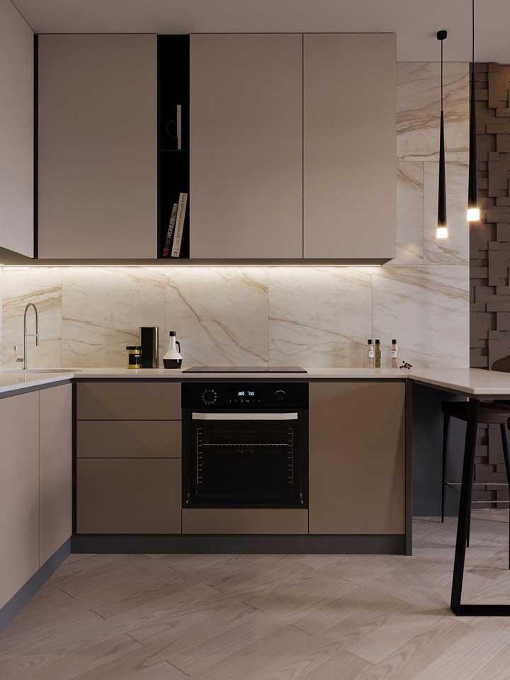 Cozinha americana simples com móveis planejados; a iluminação embutida trouxe conforto e acolhimento ao local