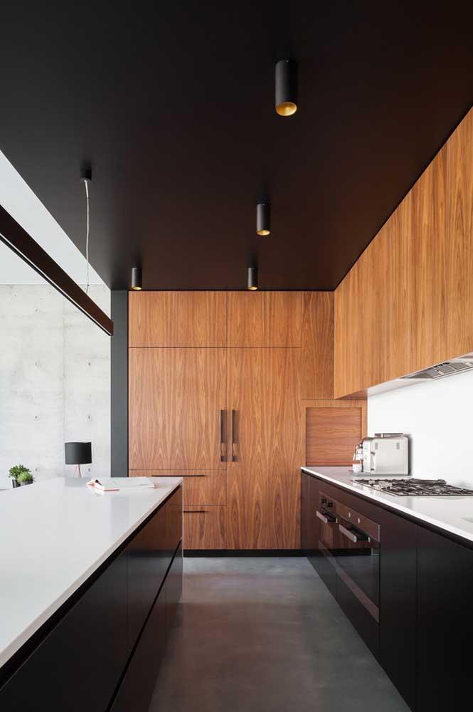 Essa cozinha americana em formato linear surpreende pela combinação entre os móveis pretos e o teto na mesma cor