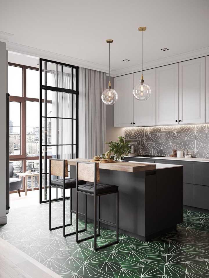 E por falar em piso, nessa cozinha o revestimento tem a mesma função: marcar visualmente o espaço que pertence a cozinha americana