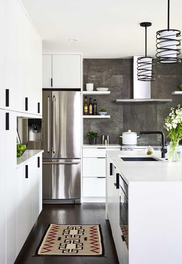 Cozinha americana branca com detalhes em preto: uma dupla que sempre funciona