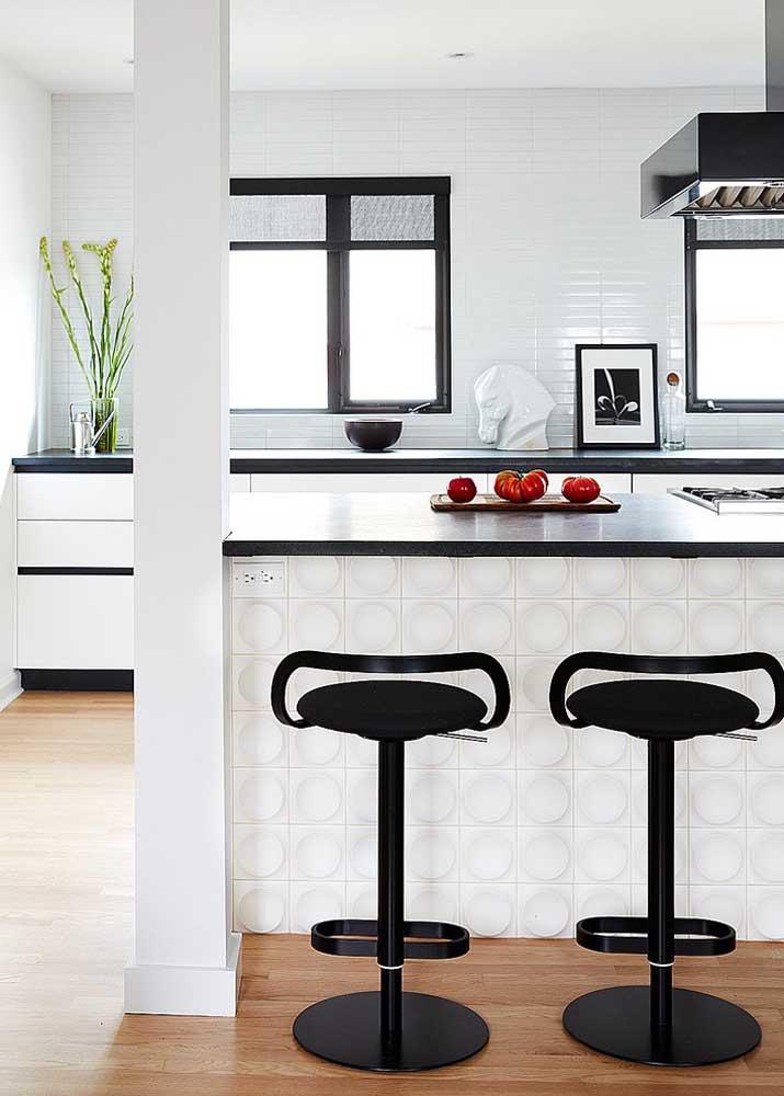 Uma dica para realçar a beleza da cozinha americana é optar por um revestimento diferenciado para o balcão