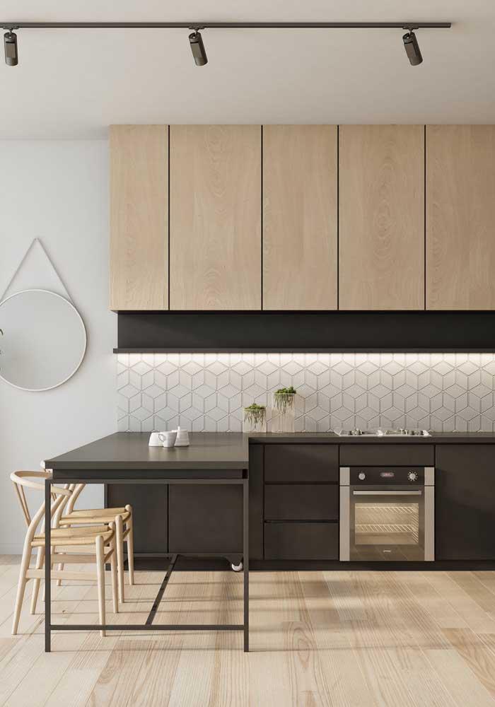 Já aqui nessa cozinha americana a inspiração é no uso das cores neutras e contrastantes, como o branco, o preto e a madeira clara
