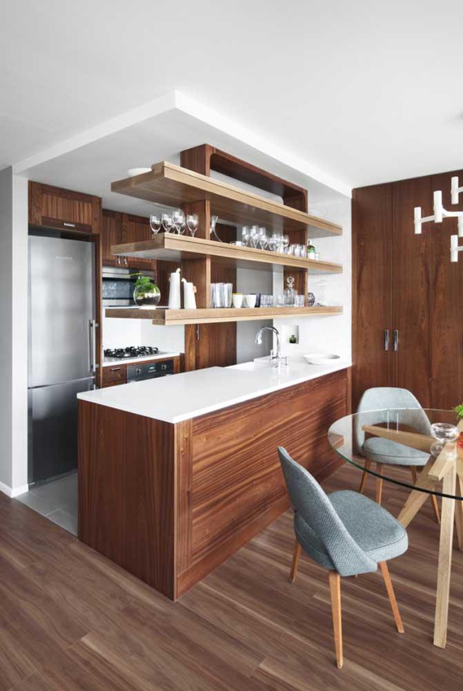 Cozinha americana de madeira: o pequeno espaço não foi impedimento para um projeto bonito e funcional
