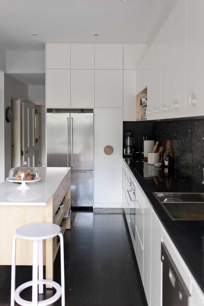 Ao optar pelo uso da ilha na cozinha americana, certifique-se de que há espaço suficiente para circulação e abertura das portas dos armários
