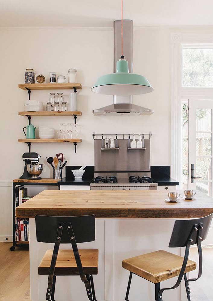 Nessa pequena cozinha americana, o estilo retrô predomina; repare que as prateleiras, além de serem uma graça, organizam muito bem os utensílios do dia a dia