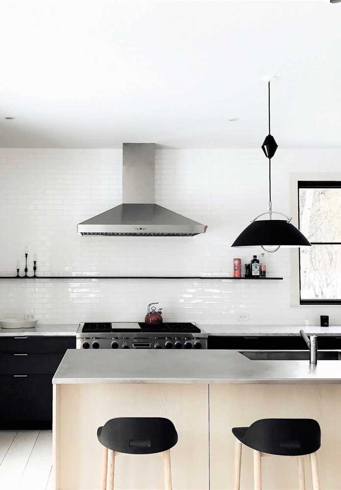 Já nessa outra cozinha americana, a opção foi por não usar armários aéreos, garantindo um ambiente mais amplo e clean