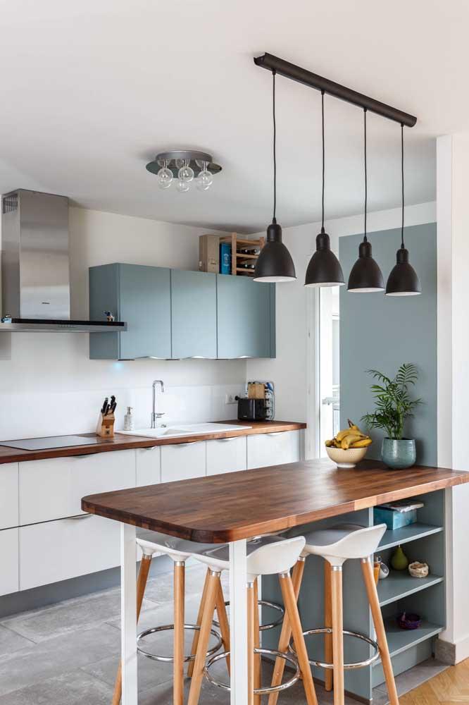 Pouco espaço aí na sua casa? Nesse caso você pode tranquilamente substituir a mesa de jantar por um balcão um pouco mais largo rodeado de banquetas