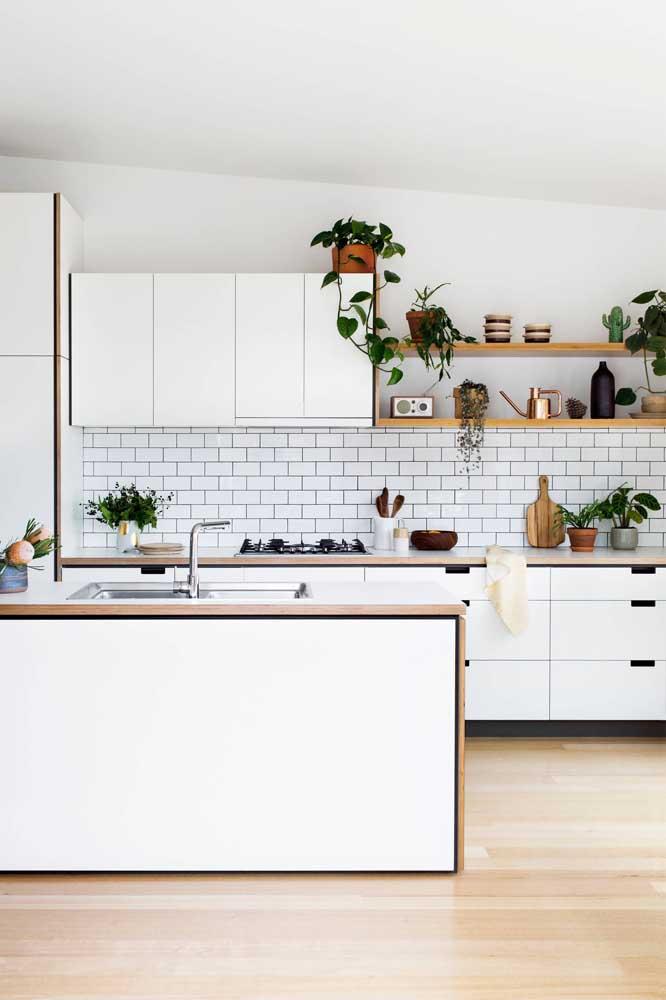 As plantas dão vida e embelezam a cozinha americana branca