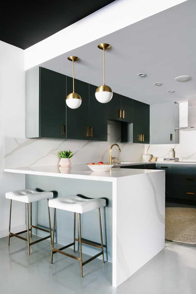 Modelo clássico de cozinha americana: ambientes divididos por um balcão; as banquetas garantem ainda mais funcionalidade ao espaço