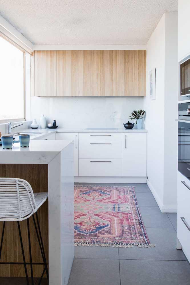 Um belo tapete para valorizar a simples e pequena cozinha americana branca