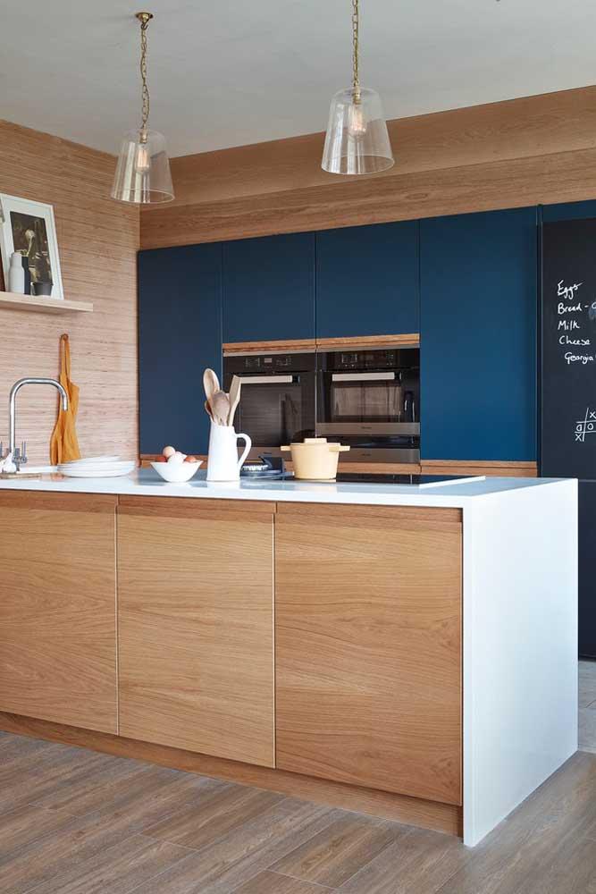 Cozinha americana simples em tons de madeira e azul