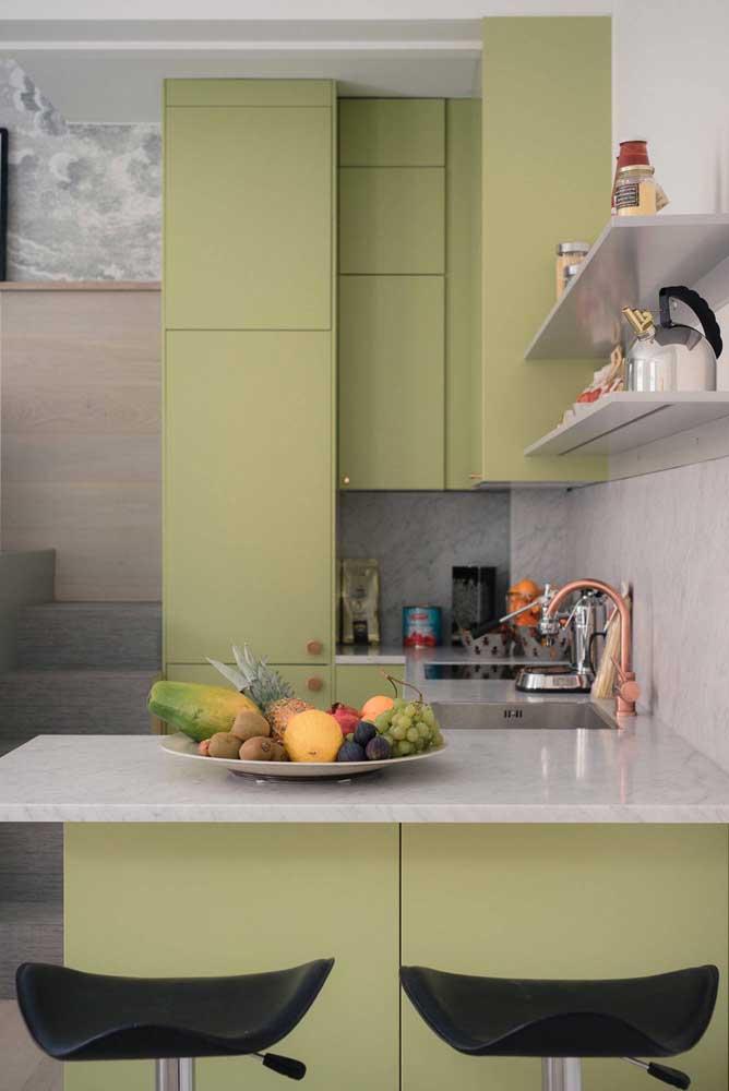 Cozinha americana pequena com península; o diferencial aqui é o tom de verde oliva dos móveis