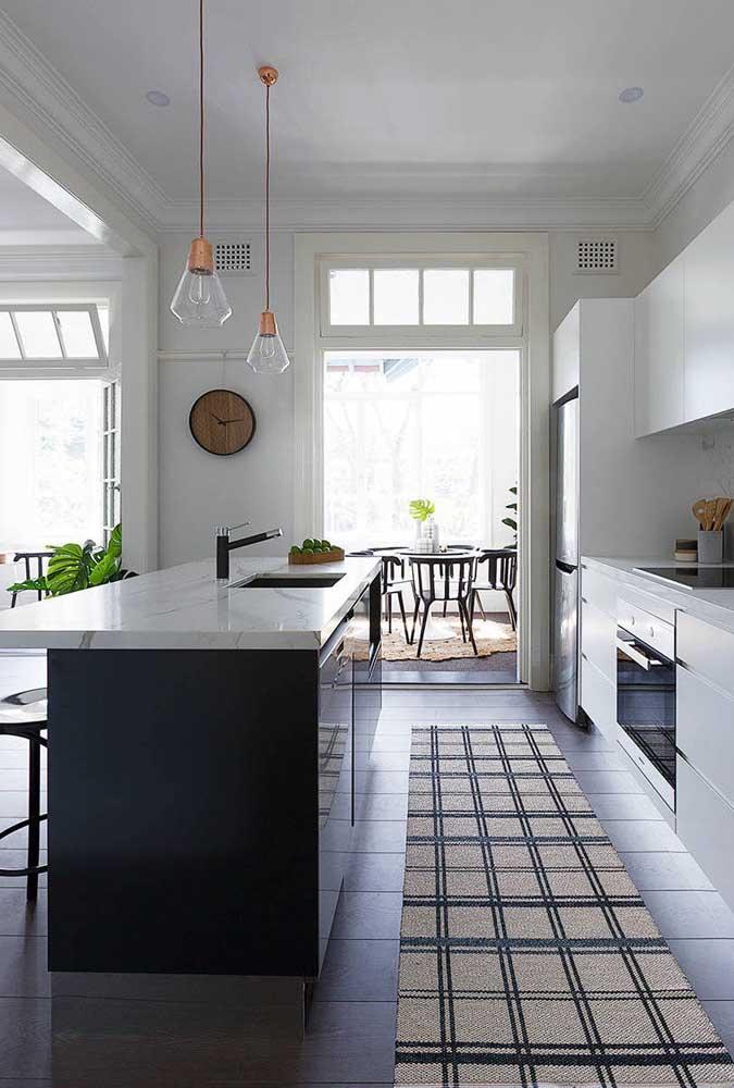 Cozinha americana linear: a abertura de luz traz amplitude ao espaço