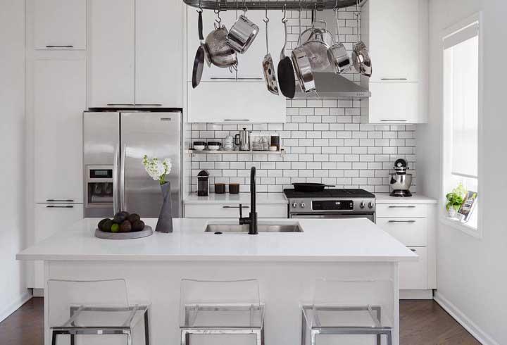 Receita infalível para ter uma cozinha americana branca sem deixá-la sem graça: mescle a decoração com detalhes em preto