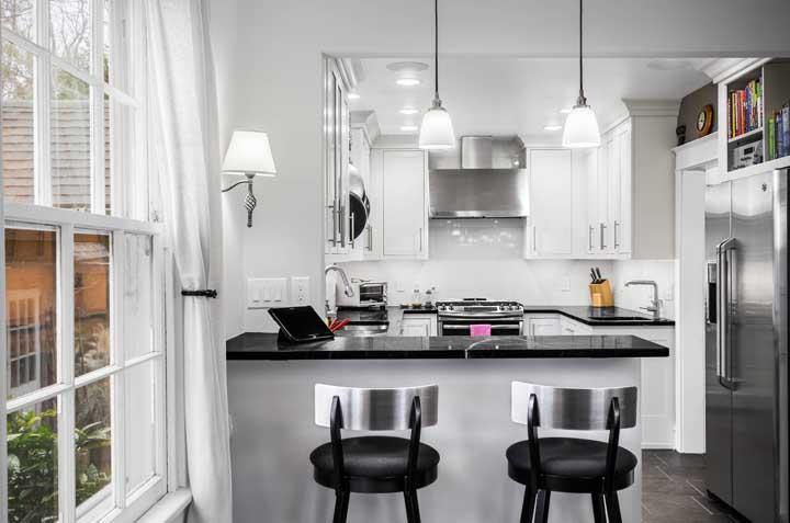 Nessa cozinha americana, o conceito de integração e socialização fica bem visível; as pessoas podem compartilhar do mesmo espaço para diferentes atividades