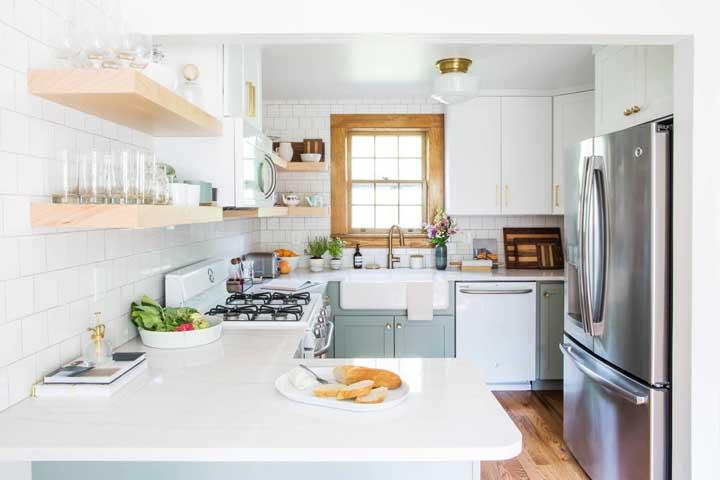 Cozinha americana com península: modelo romântico e delicado