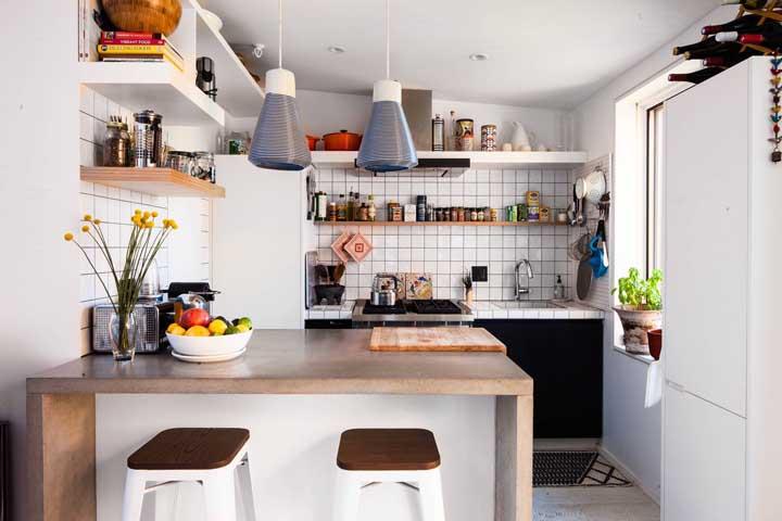 Perceba nesse projeto como as prateleiras valorizam a cozinha americana; elas expõem objetos do dia a dia de modo criativo e funcional