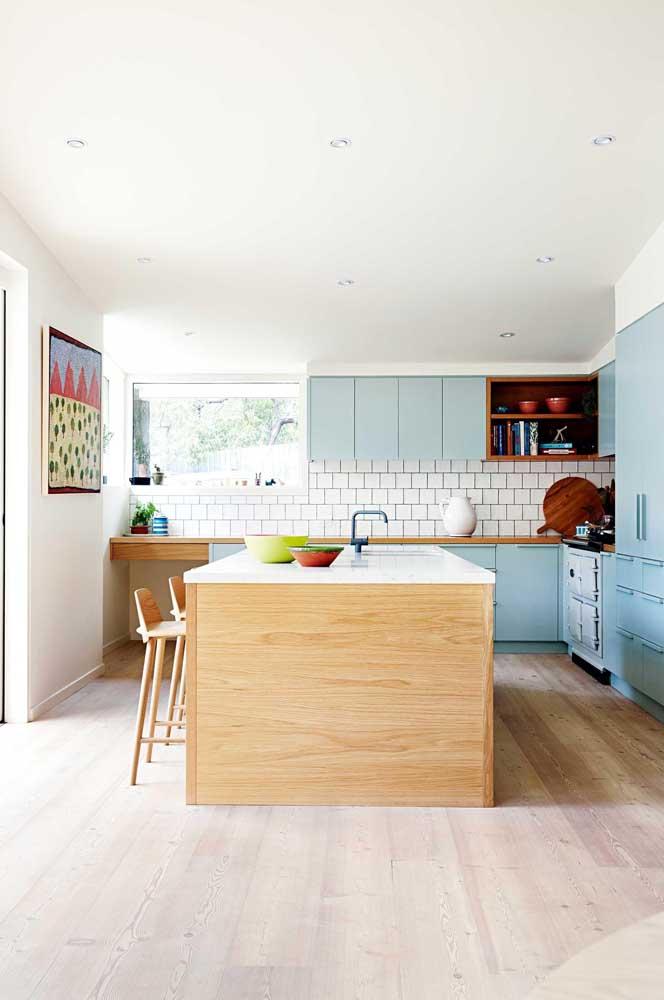 A cozinha americana fica mais prática e funcional quando você aproveita o espaço abaixo do balcão com armários e nichos