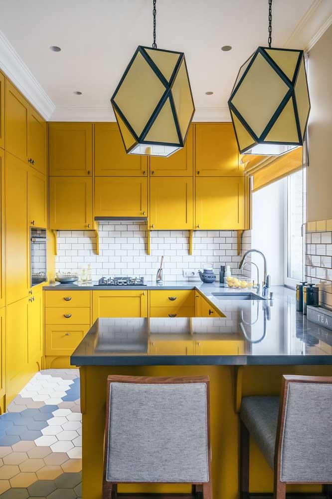 Cozinha americana simples com península; a cor amarela traz vida e alegria ao espaço