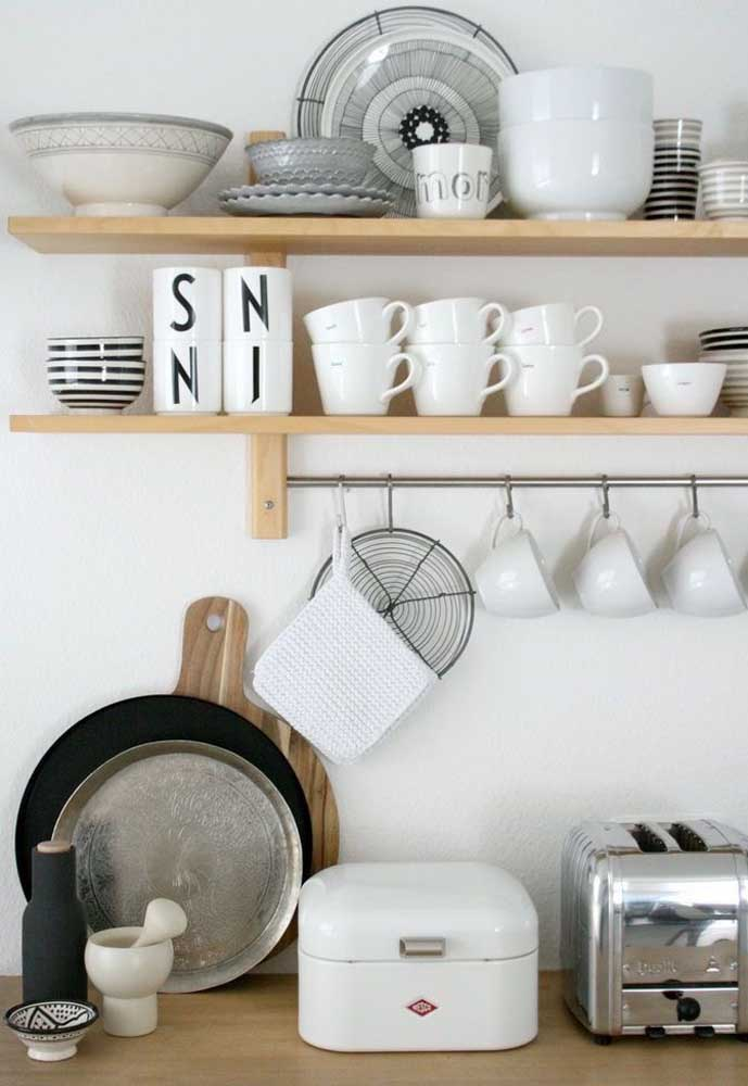 A dica aqui é usar os próprios utensílios da cozinha para criar a decoração, posicionando-os de maneira ordenada e organizada; conte com a ajuda de prateleiras também