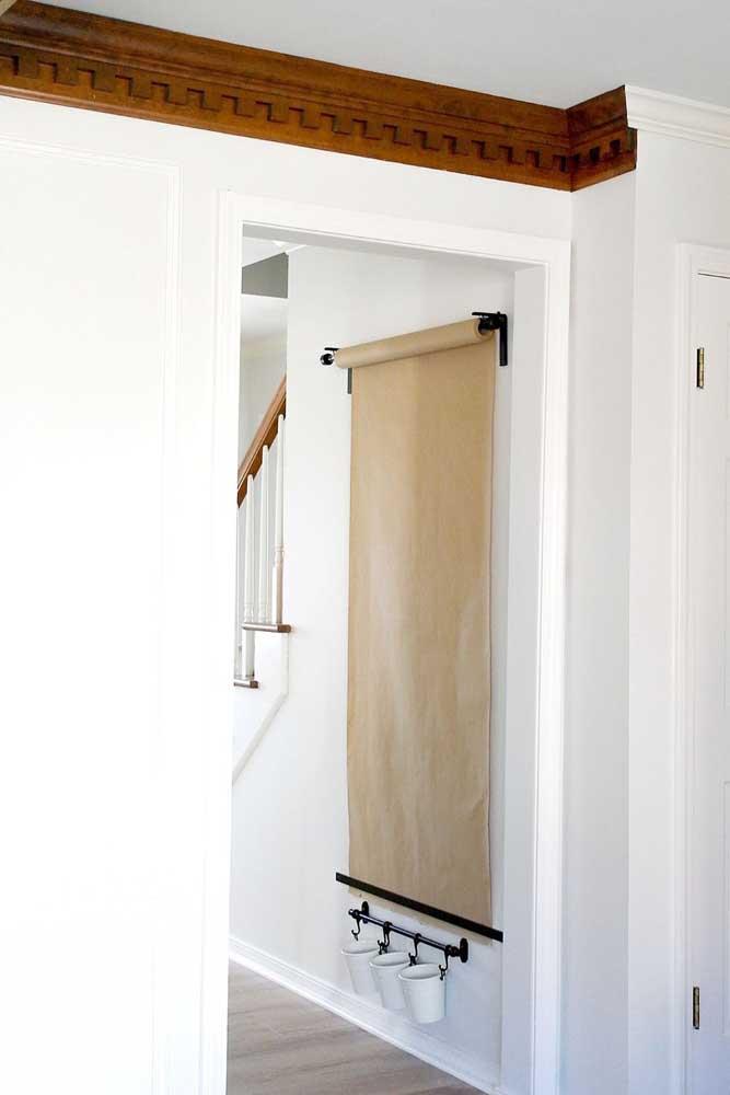 Painel de recados e desenhos para o corredor: opção de decoração funcional e barata, ideal para ser usada no quarto das crianças também