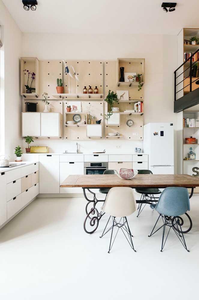 O charme dessa cozinha fica por conta dos painéis com furos que permitem a mobilidade das prateleiras