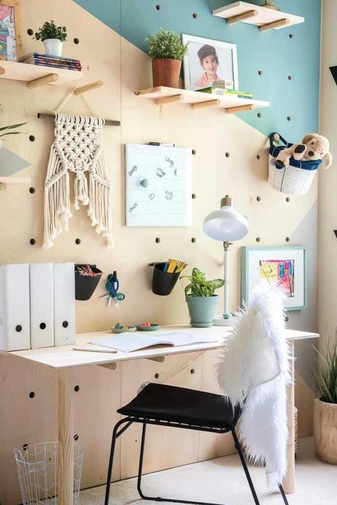 O painel com furos faz sucesso nesse home office também; só que dessa vez ele recobre toda a parede