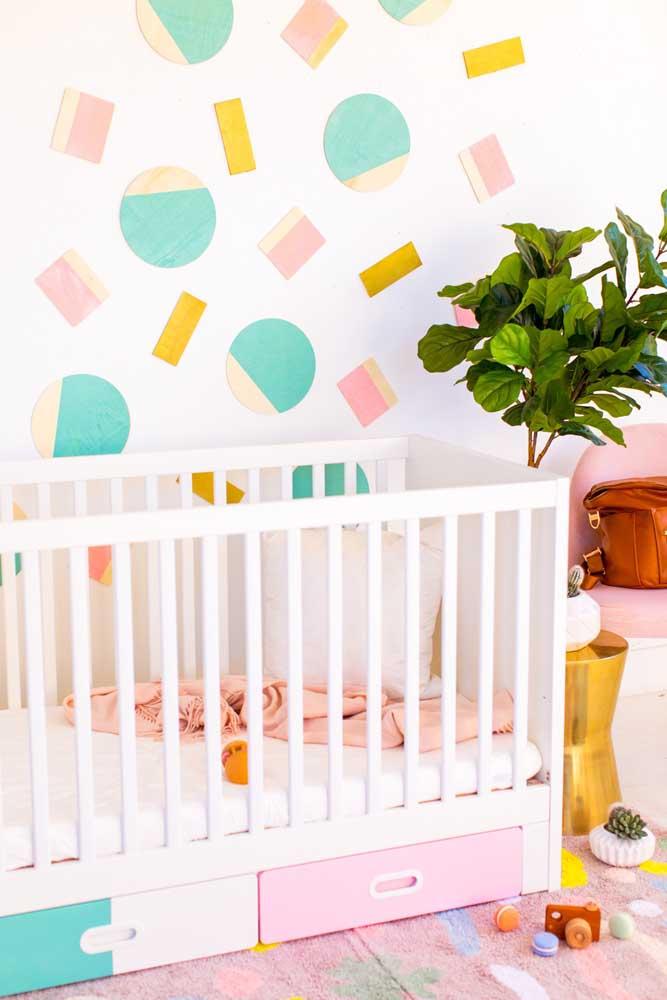 Decoração barata para o quarto do bebê: a dica aqui é usar adesivos para colar na parede