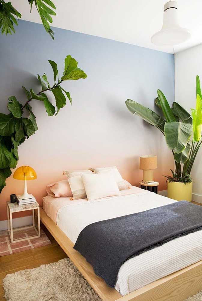 Uma bela pintura em degrade na parede já foi suficiente para fazer toda diferença nesse quarto; para completar, plantas