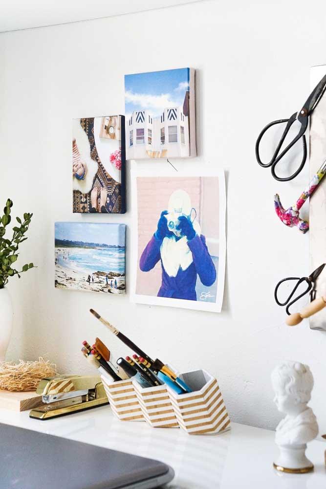 O local de trabalho foi decorado com fotos e quadrinhos simples; na mesinha, um porta treco feito com material reciclável