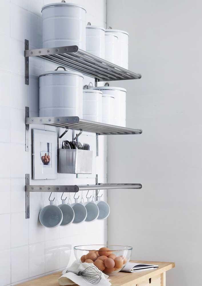 Prateleiras de aço para a cozinha: forma prática, bonita e econômica de decorar